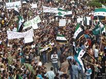 Сирийские демонстранты на акции протеста близ Хомса, 28 октября 2011 года. Лига Арабских государств предложила сирийским властям план по прекращению семимесячных протестов против президента Башара аль-Асада, а глава Сирии сказал российскому телевидению, что будет сотрудничать с оппозицией. REUTERS/Handout