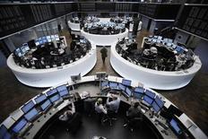 Трейдеры работают в торговом зале Франкфуртской фондовой биржи, 27 октября 2011 года. Европейские рынки акций открылись снижением в понедельник вслед за ценами на сырье, упавшими из-за сильного роста доллара после интервенции ЦБ Японии.  REUTERS/Alex Domanski