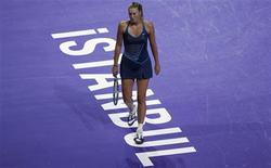 Российская теннисистка Мария Шарапова на турнире в Стамбуле, 26 октября 2011 года. Российская теннисистка Мария Шарапова опустилась на две позиции в обновленной версии рейтинга WTA после досрочного завершения выступлений на итоговом турнире года в Стамбуле. REUTERS/Murad Sezer
