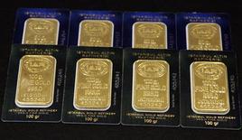 Слитки золота на заводе в Стамбуле, 19 июля 2011 года. Цены на золото снижаются на фоне роста курса доллара, вызванного вмешательством японского центробанка в ход валютных торгов. REUTERS/Murad Sezer