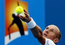Российский теннисист Николай Давыденко готовится выполнить подачу в поединке Australian Open против немца Флориана Майера, 17 января 2011 года. Николай Давыденко успешно стартовал в понедельник на турнире Valencia Open. REUTERS/Mick Tsikas