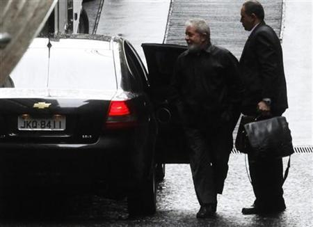Former Brazilian President Luiz Inacio Lula da Silva (L) arrives at Sirio Libanes Hospital to be treated for throat cancer in Sao Paulo October 31, 2011. REUTERS/Nacho Doce