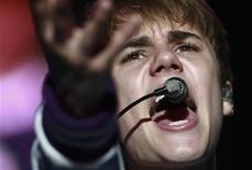"""<p>El cantante canadiense Justin Bieber durante su gira """"My World Tour"""" en Caracas, oct 19 2011. La estrella pop canadiense Justin Bieber fue agregado a la lista de músicos que actuarán el domingo en la entrega de los premios MTV Europa en Belfast, adonde se unirá a su novia y anfitriona de la noche, la actriz y cantante Selena Gómez. REUTERS/Gil Montano</p>"""