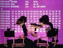 """<p>Des chercheurs de Symantec étudient des virus informatiques. Selon un nouveau rapport de sécurité du groupe, au moins 48 sociétés du secteur de la défense et de l'industrie chimique ont été victimes d'une cyber-attaque coordonnée, avec des ordinateurs infectés par des logiciels malveillants connus sous le nom de """"PoisonIvy"""" et utilisés pour dérober des informations. /Photo d'archives/REUTERS</p>"""