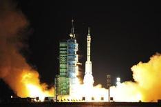 """Ракета-носитель Long March с беспилотным космическим кораблем """"Шэньчжоу-8"""" стартует на северо-западе Китая, 1 ноября 2011 года. Китай запустил во вторник беспилотный космический корабль для проведения стыковочных испытаний, которые станут главным тестом для подготовки к долгосрочной программе пилотируемых исследований космоса. REUTERS/China Daily"""