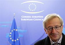 Премьер-министр Люксембурга Жан-Клод Юнкер покидает саммит лидеров еврозоны в Брюсселе, 27 октября 2011 года. Если Греция откажется от предоставления финансовой помощи после референдума, стране грозит банкротство, сообщил во вторник глава Еврогруппы Жан-Клод Юнкер. REUTERS/Francois Lenoir