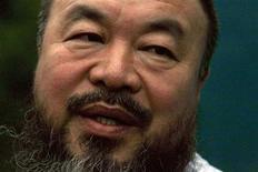 <p>El artista disidente chino Ai WeiWei durante una conferencia en la entrada de su estudio en Pekín, jun 23 2011. China ha ordenado al artista disidente Ai Weiwei a pagar 15 millones de yuanes (2,4 millones de dólares) en impuestos atrasados y multas que supuestamente adeuda la compañía para la que trabaja, dijo Ai el martes, en un caso que sus partidarios dijeron que era parte de los esfuerzos de Pekín por amordazar a los críticos con el Gobierno. REUTERS/David Gray</p>