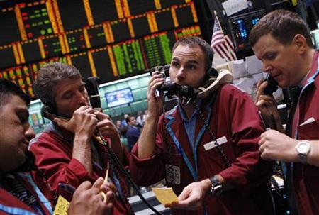 Traders work in the crude oil and natural gas options pit on the floor of the New York Mercantile Exchange in New York, July 18, 2011. REUTERS/Shannon Stapleton