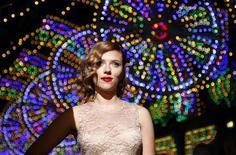 A atriz Scarlett Johansson posa para fotógrafos durante a Semana da Moda de Milão, em setembro. 25/09/2011  REUTERS/Alessandro Garofalo