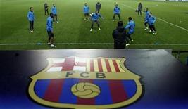 """Футболисты """"Барселоны"""" тренируются в Праге, 31 октября 2011 года. """"Барселона"""" и """"Милан"""" обеспечили себе участие в весенней стадии нынешнего розыгрыша Лиги чемпионов после очередных матчей группового этапа во вторник. REUTERS/Petr Josek"""