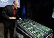 <p>Paul Santeler, directeur général de HP, présente le projet de serveurs très peu gourmands en énergie que le groupe lancer en partenariat avec ARM et AMD, notamment, afin de concurrencer Intel. /Photo prise le 1er novembre 2011/REUTERS/Robert Galbraith</p>