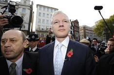 Основатель WikiLeaks Джулиан Ассанж  прибыл в Высокий суд в Лондоне, 2 ноября 2011 г. Основатель скандально известного сайта WikiLeaks Джулиан Ассанж должен быть экстрадирован из Великобритании в Швецию для проведения допроса по подозрению в совершении преступления сексуального характера, постановил в среду Высокий суд Лондона. REUTERS/Paul Hackett