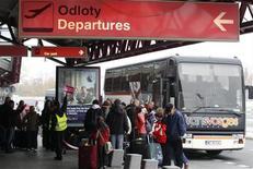 Пассажиры покидают варшавский аэропорт, 2 ноября 2011 г. Сотни рейсов были отменены и задержаны из-за сильного тумана в Польше в среду, а взлетно- посадочная полоса варшавского аэропорта была закрыта из-за экстренной посадки самолета днем ранее. REUTERS/Peter Andrews