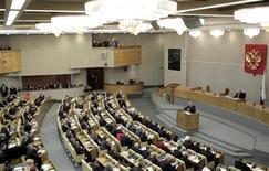 Премьер-министр России Владимир Путин выступает в Госдуме в Москве 20 апреля 2011 года. Создание центрального депозитария, открывающее российским компаниям дорогу к прямому листингу за рубежом, было одобрено в среду Госдумой РФ во втором чтении. REUTERS/Alexander Natruskin