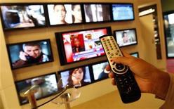 <p>Comcast et Time Warner ont publié des résultats trimestriels en hausse, soutenus notamment par les recettes publicitaires sur leurs réseaux câblés. Contre toute attente, les publicitaires continuent d'acheter du temps d'antenne à la télévision et les réseaux câblés tels que Time Warner TNT ou USA de Comcast ont figuré parmi les principaux bénéficiaires de cette tendance, les recettes d'abonnements n'arrivant qu'en soutien. /Photo d'archives/REUTERS/Eric Gaillard</p>