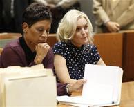 A atriz Lindsay Lohan (D), acompanhada de sua advogada Shawn Chapman Holley, em uma audição sobre a violação de sua liberdade condicional em tribunal em Los Angeles. Uma juíza sentenciou nesta quarta-feira a atriz a 30 dias de prisão por violar os termos da sua liberdade condicional, e determinou que ela cumpra um rígido cronograma de serviços comunitários e consultas psicológicas. 02/11/2011 REUTERS/Mario Anzuoni