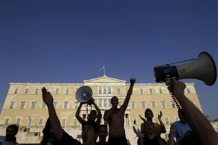 Protesters shout slogans in front of parliament during a rally against austerity economic measures and corruption in Athens' Syntagma (Constitution) square June 17, 2011. REUTERS/John Kolesidis/Files