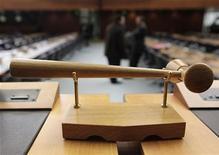 Делегаты общаются перед открытием генерального совета Всемирной торговой организации в Женеве, 20 октбря 2009 года.  Россия согласовала с Грузией проект соглашения, убирающего последнее препятствие на 18-летнем пути во Всемирную торговую организацию, и может присоединиться к ВТО в ближайшие месяцы.  REUTERS/Denis Balibouse
