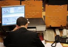 Трейдер работает в торговом зале ММВБ в Москве, 8 октября 2008 года. Российские акции растеряли в начале предпраздничной сессии весь рост предыдущего дня на фоне опасений возможного падения котировок на зарубежных площадках, пока местный рынок будет закрыт. REUTERS/Alexander Natruskin