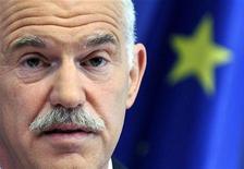 Премьер-министр Греции Георгиос Папандреу на пресс-конференции в Брюсселе, 17 июня 2010 г. Правительство Греции оказалось на грани коллапса в четверг из-за идеи премьера провести референдум о новой программе вывода еврозоны из долгового кризиса. REUTERS/STRINGER Belgium