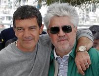 """Diretor Pedro Almodóvar e o ator Antonio Banderas promovem o filme """"A Pele que Habito"""" no Festival de Cannes, em maio. 19/05/2011    REUTERS/Jean-Paul Pelissier"""