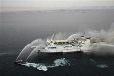 Дым поднимается над паромом Pella в Красном море 3 ноября 2011 года. Все пассажиры перевозившего более 1.200 человек парома Pella, загоревшегося после выхода из иорданского порта Акаба в Красном море, покинули судно на спасательных лодках, сообщили власти Египта. REUTERS/Abraham Farajian