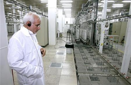 An Iranian atomic energy official is seen at the Natanz nuclear enrichment facility, 350 km (217 miles) south of Tehran, April 8, 2008.  REUTERS/Presidential official website/Handout