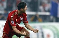 Mario Gomez do Bayern de Munique no jogo da Liga dos Campeões contra o Napoli, em Munique. A forma fantástica do atacante do Bayern de Munique Mario Gomez despertou a possibilidade de que ele possa quebrar o recorde de longa data de Gerd Mueller de gols marcados no Campeonato Alemão. 02/11/2011   REUTERS/Michael Dalder