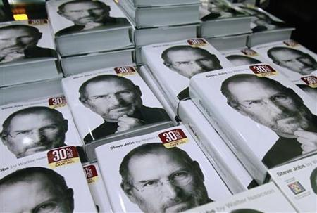Copies of the new biography of Apple CEO Steve Jobs by Walter Isaacson are displayed at a bookstore in New York October 24, 2011.     REUTERS/Shannon Stapleton