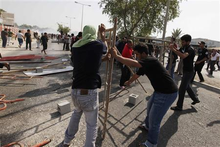 Anti-government protesters make barricades on road to stop riot police from entering during a demonstration after a funeral procession at Daih village, Manama, November 4, 2011.  REUTERS/Hamad I Mohammed