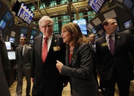 Berkshire Hathaway Chairman Warren Buffett  tours (L) the floor of the New York Stock Exchange September 30, 2011. REUTERS/Brendan McDermid