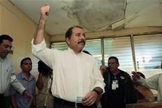 Действующий президент Никарагуа Даниэль Ортега на избирательном участке в Манагуа, 6 ноября 2011 года. Действующий президент Никарагуа Даниэль Ортега - марксист и бывший лидер повстанцев, обеспечил себе серьезный отрыв на состоявшихся в воскресенье выборах главы государства, добившись широкой поддержки в центральноамериканской стране благодаря большим расходам на социальные нужды.  REUTERS/Oswaldo Rivas