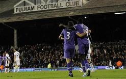 """Футболисты """"Тоттенхэма"""" радуются очередному голу, забитому в ворота """"Фулхэма"""" на игре в Лондоне, 6 ноября 2011 года. Лидирующая группа команд английской Премьер-лиги синхронно выиграла свои матчи 11-го тура. REUTERS/Suzanne Plunkett"""