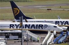 Самолеты Ryanair в аэропорту Эдинбурга, 24 мая 2011 года. Крупнейшая бюджетная авиакомпания в Европе Ryanair подняла на 10 процентов прогноз на 2011 год, сославшись на хорошие показатели доходности, компенсирующие высокие цены на топливо. REUTERS/David Moir