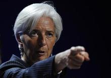 Глава МВФ Кристин Лагард выступает на пресс-конференции саммита G20 в Каннах 4 ноября 2011. Лагард приехала в Москву предложить российским властям поделиться нефтедолларами ради спасения погрязших в долгах стран еврозоны. REUTERS/Dylan Martinez