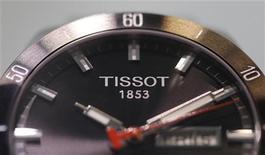 """Часы Tissot на выставке в Базеле, 18 марта 2010 года. Компания Gaopeng, китайское отделение скидочного интернет-сирвиса Groupon, заявила в понедельник, что """"случайно"""" продала поддельные часы Tissot и выплатит компенсации разгневанным покупателям. REUTERS/Christian Hartmann"""