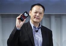 Исполнительный директор HTC Питер Чу представляет новую модель смартфона в Нью-Йорке, 4 ноября 2011 г. Объем инвестиций HTC Corp в развивающиеся рынки в следующем году будет равным объему инвестиций в развитые рынки, сообщила компания в понедельник. REUTERS/Brendan McDermid