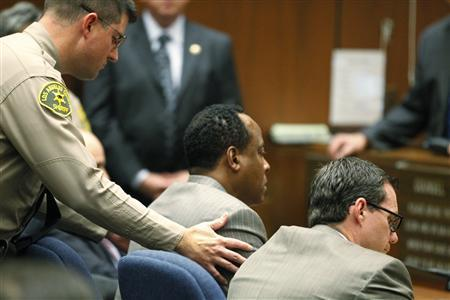 A Los Angeles County Sheriff's Deputy remands Dr. Conrad Murray into custody after the jury returned with a guilty verdict in his involuntary manslaughter trial in Los Angeles November 7, 2011.   REUTERS/Al Seib/Pool