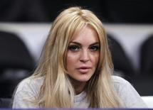 Актриса Линдси Лохан на баскетбольном матче в Лос-Анджелесе, 9 января 2011 года. Сегодня - в тюрьме, завтра - на обложке Playboy. Американская актриса Линдси Лохан, в воскресенье несколько часов пробывшая за решеткой, появится на страницах нового номера мужского журнала Playboy, сообщил представитель скандально известной звезды в понедельник. REUTERS/Lucy Nicholson