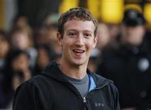 Mark Zuckerberg fala com jornalistas na Universidade de Harvard, em Massachusetts. Zuckerberg voltou oficialmente a Harvard pela primeira vez nesta segunda-feira, recebendo uma recepção calorosa da universidade onde criou o Facebook e embarcou em uma ascensão meteórica.07/11/2011   REUTERS/Brian Snyder