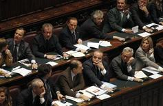 Премьер-министр Италии Сильвио Берлускони (вверху, четвертый слева) в парламенте в Риме 8 ноября 2011 года. Ключевое голосование парламента Италии о бюджете страны показало, что премьер-министр Италии лишился поддержки большинства членов парламента. REUTERS/Tony Gentile