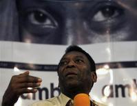 O ex-jogador de futebol Pelé concede entrevista coletiva em São Paulo nesta terça-feira. 08/11/2011 REUTERS/Paulo Whitaker