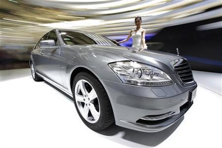 A model stands next to a new Mercedes-Benz S400 Hybrid car at the Shanghai International Auto show April 20, 2009.  REUTERS/ Aly Song