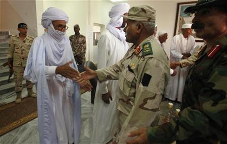 National Transitional Council (NTC) military chief Suleiman Mahmoud al-Obeidi (2nd R) shakes hands with Tuareg tribesmen before signing an agreement in Ghadames city, near the border with Algeria, September 30, 2011. REUTERS/Suhaib Salem