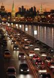 Плотный поток автомобилей в вечерний час пик на улицах Москвы, 18 октября 2011 года. Продажи новых легковых и легких коммерческих автомобилей в РФ выросли на 27 процентов до 240.865 штук в октябре 2011 года, сообщила Ассоциация европейского бизнеса (АЕБ) в среду. REUTERS/Anton Golubev
