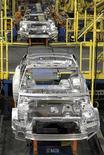 Сборочный конвейер Chevrolet Cruze на заводе General Motors Cruze в Лордстауне, штат Огайо, 22 июля 2011 года. Квартальная прибыль General Motors Co превысила ожидания благодаря росту доли рынка в Северной Америке и Азии. REUTERS/Aaron Josefczyk