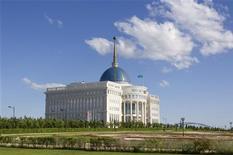 """Вид на """"Ак-Орду"""" - резиденцию президента Казахстана в Астане 13 июня 2011.  Генпрокуратура Казахстана обнаружила связь между идеологами джихада на Северном Кавказе и местными боевиками, взявшими на себя ответственность за взрывы в нефтяном центре в качестве мести за закон, осложнивший жизнь мусульманам. REUTERS/Shamil Zhumatov"""