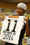 O atacante Neymar mostra camisa do Santos nesta quarta-feira durante anúncio de sua permanência no clube até 2014. REUTERS/Santos FC/Divulgação
