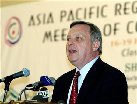 Richard Durbin, a U.S. democrat senator speaks at the closing ceremony of a summit of non-government organisations in Dhaka on February 19, 2004. REUTERS/Rafiqur Rahman