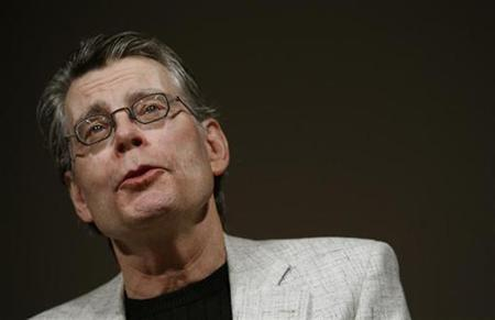 Author Stephen King speaks at a news conference to introduce the new Amazon Kindle 2 electronic reader in New York, February 9, 2009. The Kindle 2, the latest incarnation of the digital book reader is a slimmer version with more storage and a feature that reads text aloud to users.  REUTERS/Mike Segar